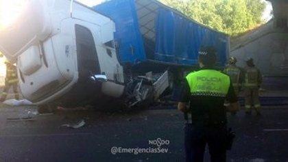 Un herido tras precipitarse un camión sobre la avenida Montes Sierra desde un puente de la SE-30
