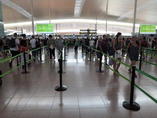 Control de seguridad del Aeropuerto de Barcelona en la jornada de huelga de los trabajadores de Trablisa