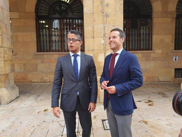 Los concejales de infraestructuras, Ignacio Cuesta,  y Parques y Jardines,  Gerardo Antuña, en la plaza del Ayuntamiento.
