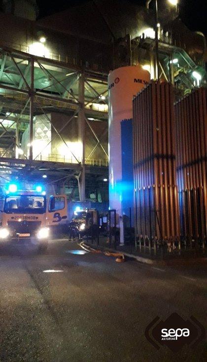 Los bomberos sofocan un incendio en la sala de bombas de una empresa en Lada (Langreo)