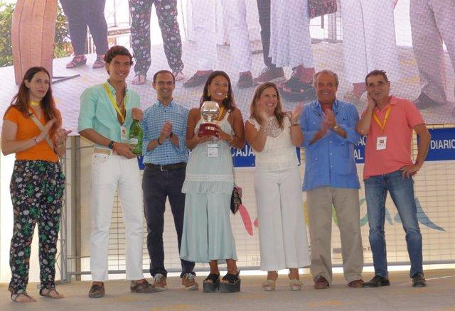 Irene García entrega el Premio Diputación Provincial en las Carreras de Caballos de Sanlúcar (Cádiz).