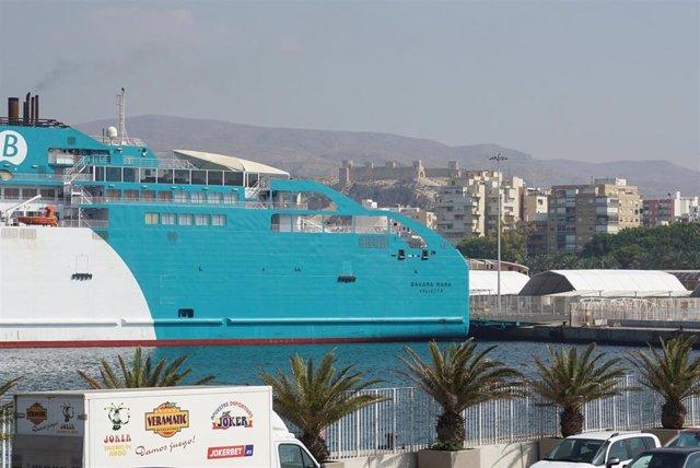 El ferri de  Balearia Bahama Mama, en el puerto de Almería