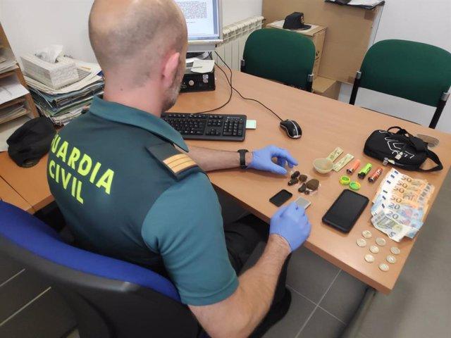 Detenido  en Vilaboa un joven de 18 años que portaba 35 gramos de hachís, una báscula de precisión y más de 250 euros en efectivo.
