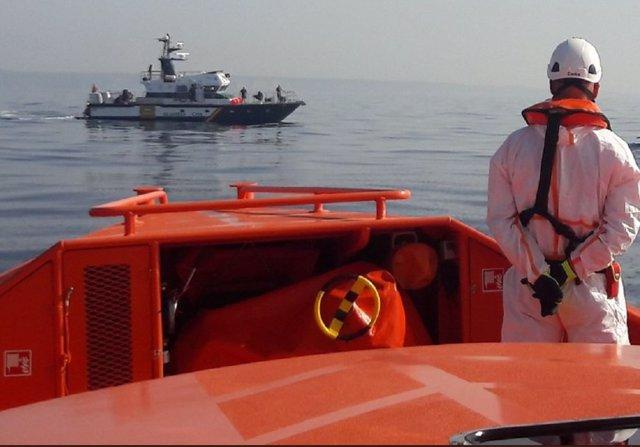 Vista desde la Salvamar Alnitak de Salvamento Marítimo de un patrullero de la Guardia Civil