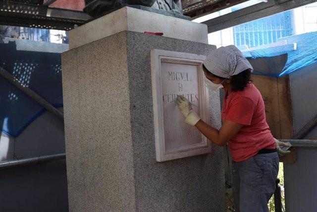 Tareas de limpieza en el monumento a Cervantes de Sevilla