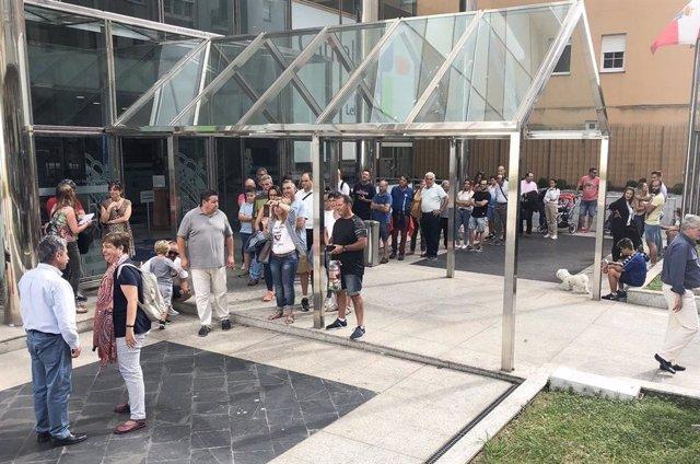 Revilla recibe a las puertas del Gobierno a cántabros y turistas que desean saludarle y conocerle