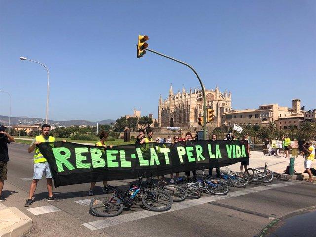 Activistes del col·lectiu Extinction Rebellion Mallorca tallen el trànsit en el Passeig Marítim de Palma