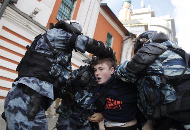 Policía antidisturbios rusa desplegada en la sede de la Presidencia en Moscú