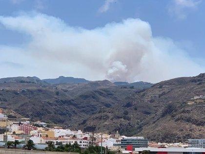 El incendio de Artenara sigue activo y fuera de control