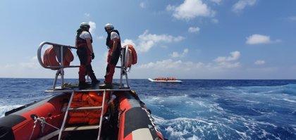 MSF asegura que su barco seguirá en la zona de rescate a pesar de rozar el límite de la sobrecarga