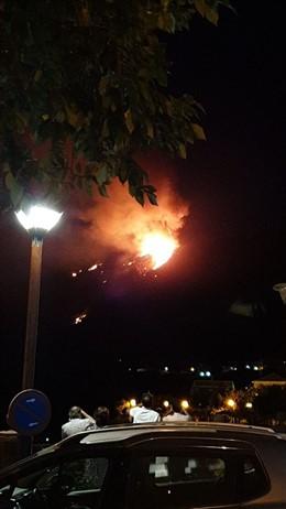 Imagen nocturna del incendio de Artenara