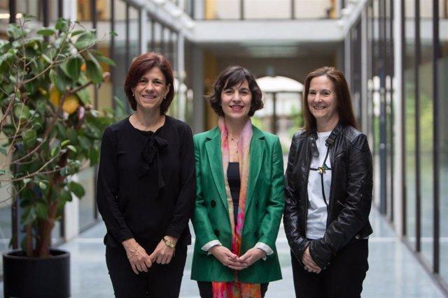 De izq. A dcha.: Edurne Barrenechea Tartas, Gurutze Pérez Artieda y Marisol Gómez Fernández, responsables de la Cátedra Mujer, Ciencia y Tecnología