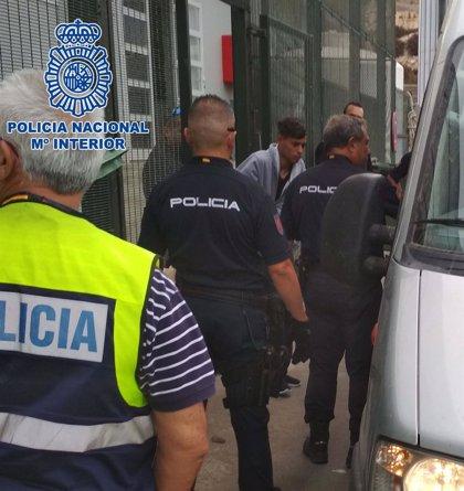 Ingresa en prisión el patrón de una patera rescatada en las costas de Almería con 18 personas a bordo