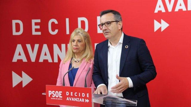 La vicesecretaria general del PSRM-PSOE y vicepresidenta segunda de la Mesa de la Asamblea Regional, Gloria Alarcón, y del secretario general del PSRM-PSOE y portavoz del Grupo Parlamentario Socialista, Diego Conesa