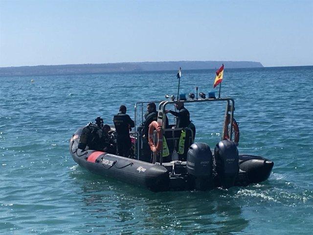 Una llanxa amb agents del Grup Especial d'Activitats Subaqüàtiques (GEAS).