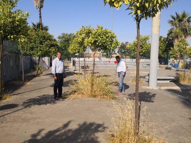El concejal popular Ignacio Flores en una visita a la Plaza del Cementerio de Sevilla Este