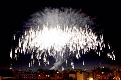 Elche ilumina el cielo con el disparo de más de dos toneladas de pólvora en 45 minutos en la Nit de l'Albà