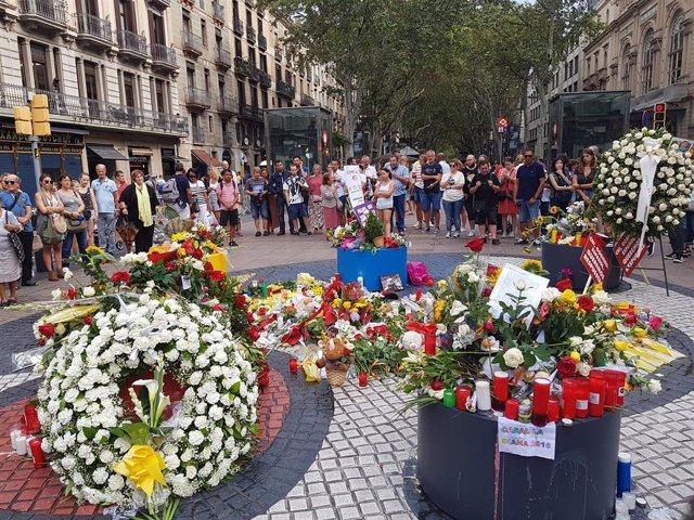 Ofrenes florals en La Rambla pel primer aniversari dels atemptats del 17A