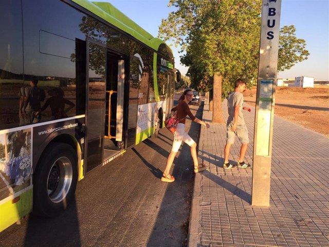 Parada de bus en la calle Antonio Hernández Gil de Badajoz