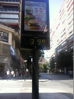 Un termómetro marca 39 grados centígrados (Archivo)