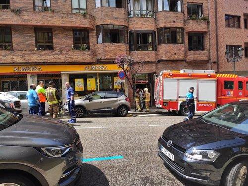 AMP.-Sucesos.- Un incendio en un inmueble de la calle Silla del Rey de Oviedo obliga a desalojar a los vecinos