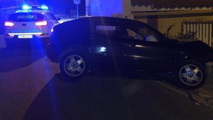 Trasladan al hospital a un herido leve tras empotrarse un coche en una vivienda de Guadix (Granada)