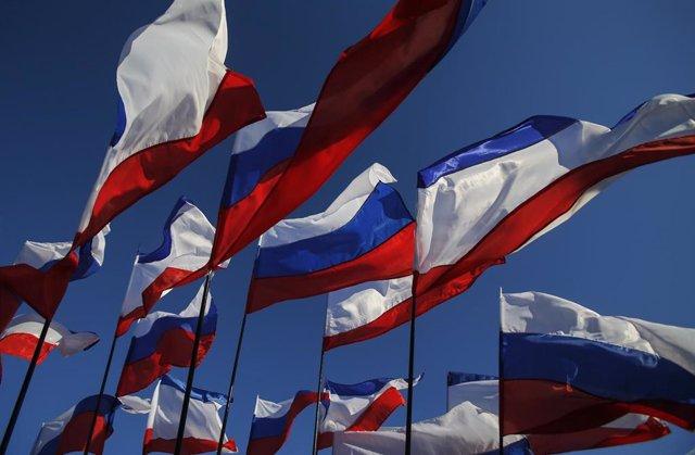 Banderas de Crimea y de Rusia durante el aniversario de la anexión.