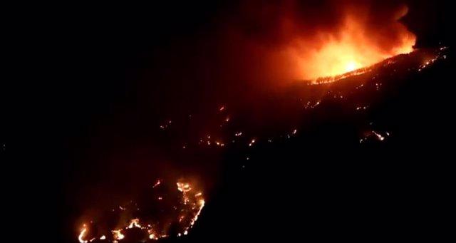 Imagen nocturna del incendio de Artenara, que sigue activo y sin control
