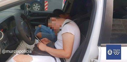 Detenido en Murcia un conductor que cuadriplicaba la tasa de alcoholemia y dormía en mitad de la carretera