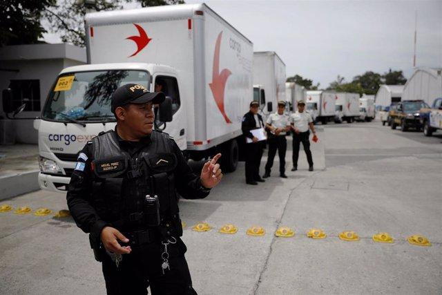 Policía custodia material electoral en Guatemala