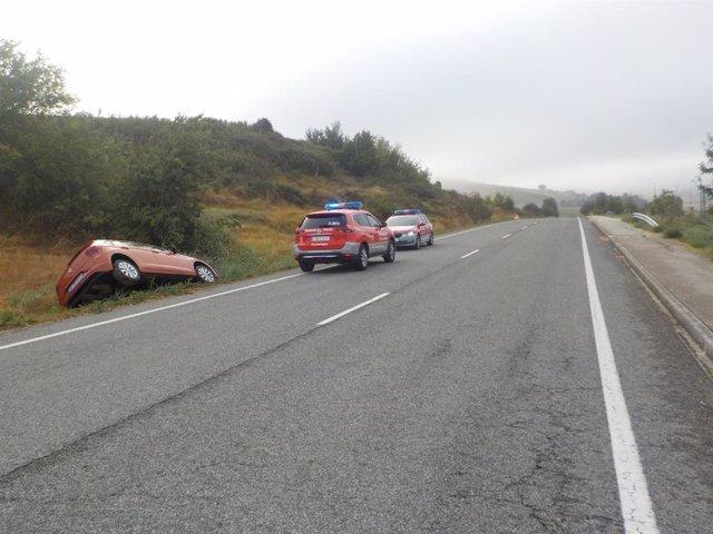 Vehículo volcado en Olaz tras darse a la fuga de un control de la Policía Foral