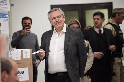 AMP.- Argentina.- El opositor Alberto Fernández lidera las primarias PASO en Argentina, según encuestas a pie de urna
