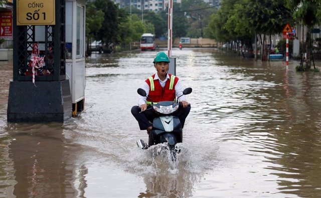 Calles inundades por la llegada del tifón 'Wipha' a Hanoi