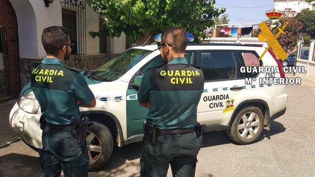 Agentes de la Guardia Civil en una actuación en Fiñana (Almería)