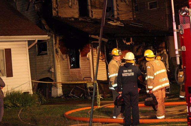 Bomberos de la ciudad estadounidense de Erie, Pensilvania en un incendio de una