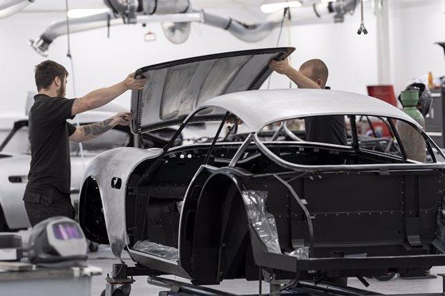 Producción del Aston Martin DB4 GT Zagato Continuation en Newport Pagnell (Reino Unido)