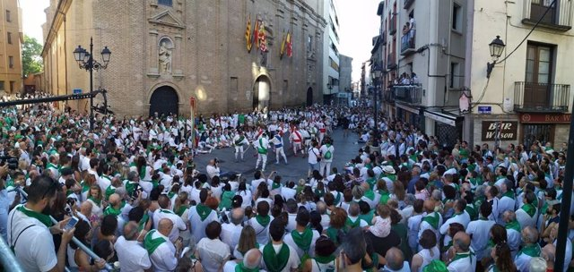 Actuación de los danzantes frente a la Basílica de San Lorenzo