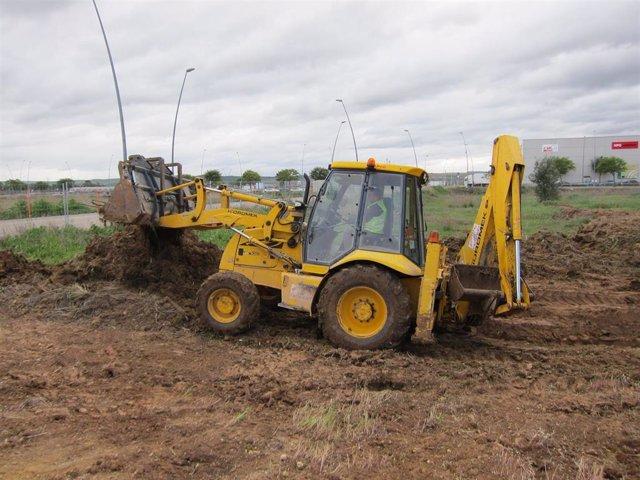 Un trabajador con una excavadora en una obra, en una imagen de archivo