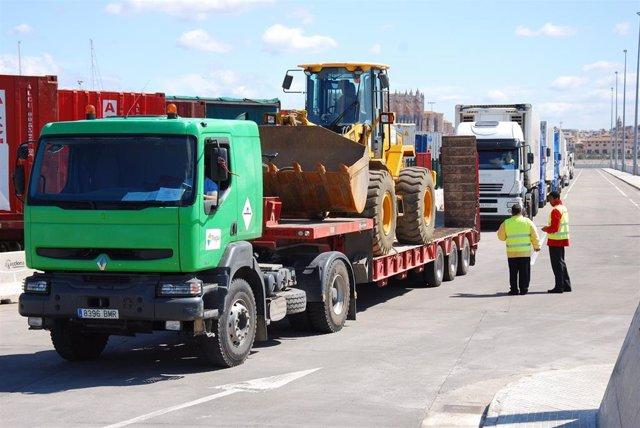 Camiones de mercancías en uno de los puertos de Baleares
