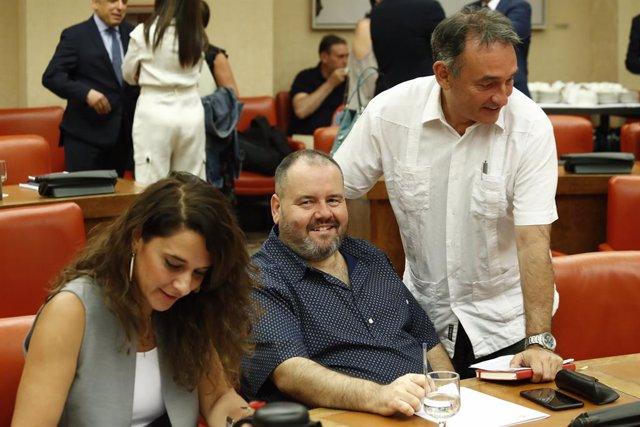 (I-D) La portaveu del Consell de Coordinació de Podem, Noelia Vera, el diputat d'En Comú Podem, Joan Mena Arca i el diputat d'Unides Podem, Enrique Santiago, durant la Diputació Permanent la que es debat sobre les peticions de compareixença
