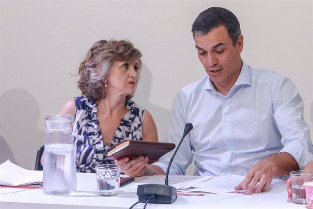 La ministra de Sanidad, Consumo y Bienestar Social en funciones, María Luisa Carcedo; y el secretario general del PSOE y presidente del Gobierno en funciones, Pedro Sánchez; durante su reunión con organizaciones de lucha contra la desigualdad social en el