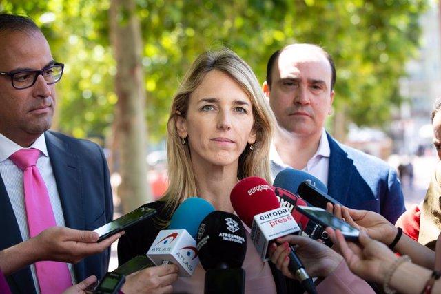 La diputada del PP, Cayetana Álvarez de Toledo, ofereix declaracions als mitjans al mercat ambulant de Singuerlin a Santa Coloma de Gramenet (Barcelona) acompanyada del secretari general del PP català, Daniel Serrano (d) i del candidat del PP a l'Alcaldia