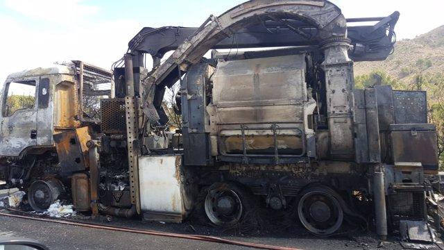 Camión calcinado, que ha provcocado incendio forestal en Cieza