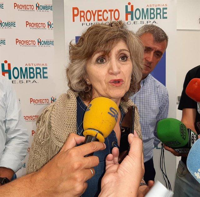 La ministra de Sanidad, Consumo y Bienestar Social en funciones, María Luisa Carcedo, durante su visita a Proyecto Hombre en Gijón