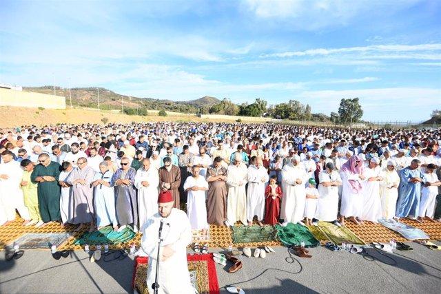 Rezo colectivo al aire libre en Ceuta con motivo de la Pascua musulmana