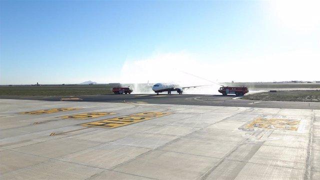 Imagen del primer avión aterrizado en el Aeropuerto Internacional de la Región, en Corvera