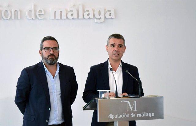 Los diputados provinciales del PSOE Manuel Chicón (i) y José Bernal (d) en rueda de prensa