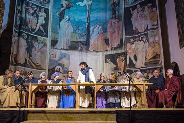Representación de 'La pasión' por el grupo de teatro 'La Colodra', con la Sarga de Villoslada al fondo