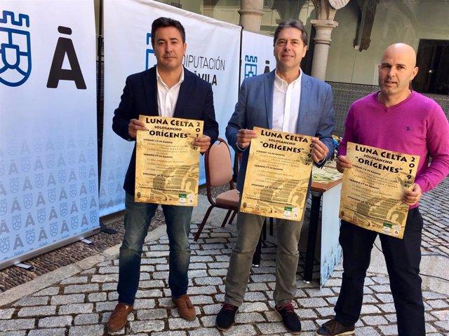 El alcalde de Solosancho, Jesús Martín, el concejal de Turismo, Armando García, y el concejal de Solosancho David Pose presentan 'Luna celta'.
