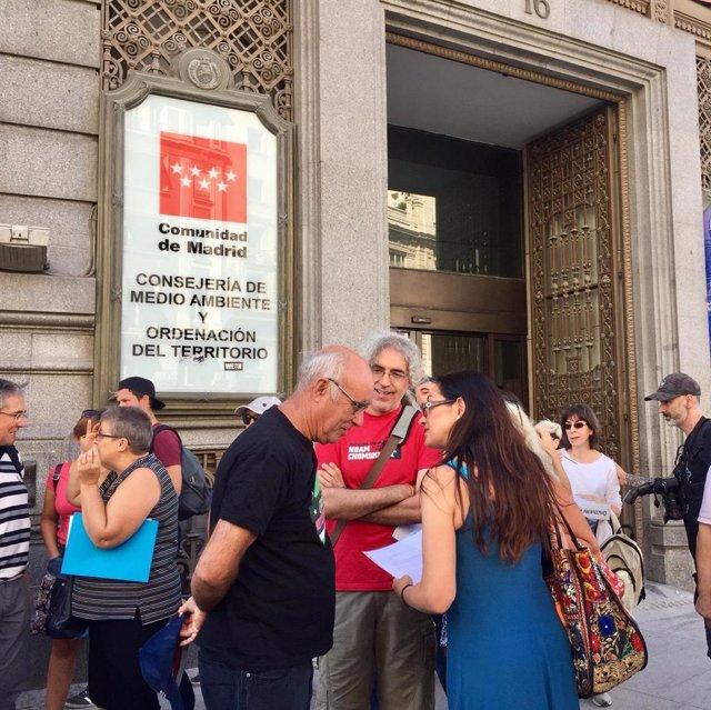 La portavoz adjunta de Unidas Podemos en la Asamblea de Marid, Sol Sánchez, junto a miembros de asociaciones, tras presentar alegaciones contra la ampliación del vertedero de Pinto